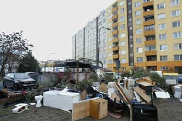 Petržalka má problém so skládkami okolo kontajnerových stojísk. Aj potom, ako ich v celej mestskej časti vyčistili, kopy odpadu sa tam objavili znova. Nedávno sa od požiaru odpadkov na Budatínskej chytilo auto, ktoré blízko parkovalo.