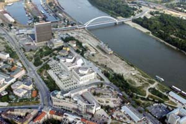 Tunel, v ktorom má byť železničná trať, povedie v blízkosti novostavby SND a pod Euroveou.