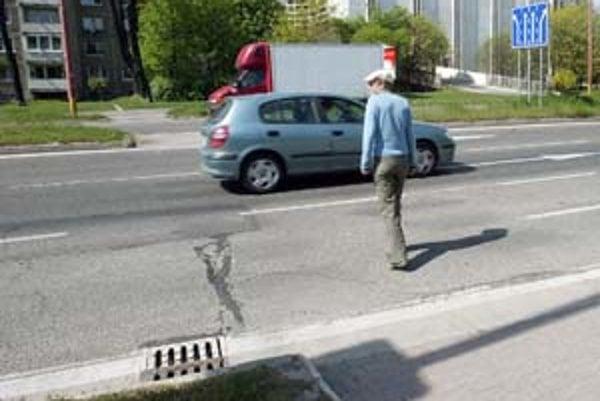 Dva priechody pre cyklistov a chodcov zrušili na Dolnozemskej ceste.