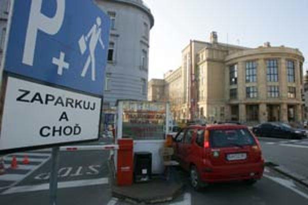Systém Zaparkuj a choď, na ktorý upozorňuje značka na súkromnom parkovisku pri Univerzite Komenského, znamená, že vodič má auto odstaviť na záchytnom parkovisku a pokračovať pešo. Táto značka je však v meste ojedinelá.