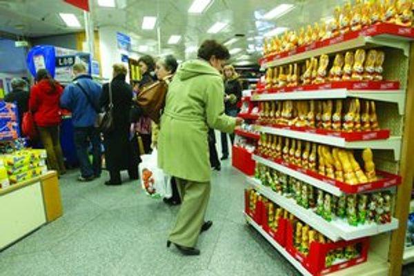 Obchody sa zapĺňajú ľuďmi, ktorí robia veľkonočné nákupy. Obchodníci tvrdia, že najväčší záujem tradične býva o mäsové výrobky, cukrovinky a vajíčka. Hlavný nápor nakupujúcich čakajú dnes a zajtra.