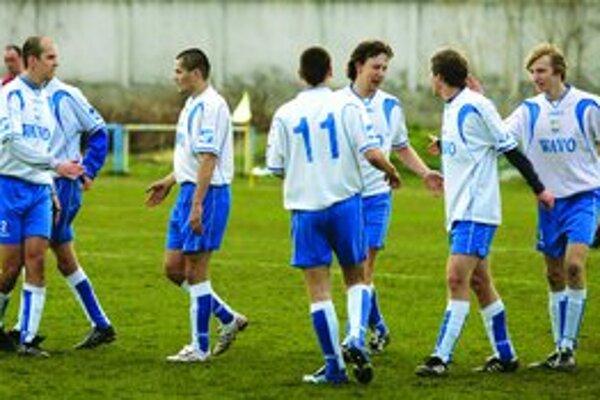 Hráči Trnávky sa tešia z gólu Miroslava Burdu (druhý sprava) v zápase 14. kola III. ligy Trnávka – Grinava 4:1.