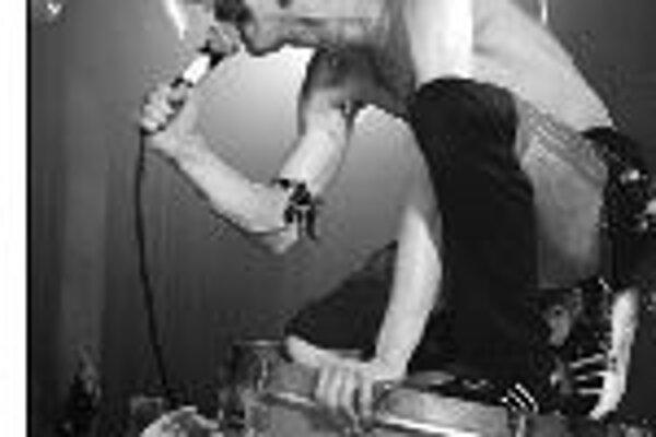 V pesničkách cigánskych punkerov z New Yorku znejú okrem rómskych rytmov aj ukrajinské melódie, občas prebleskne neskrývaná inšpirácia reggae alebo hardrocku. Skupinu vedie Eugen Hutz (na snímke) - potomok ukrajinských Rómov. Aj ostatní členovia kapely p