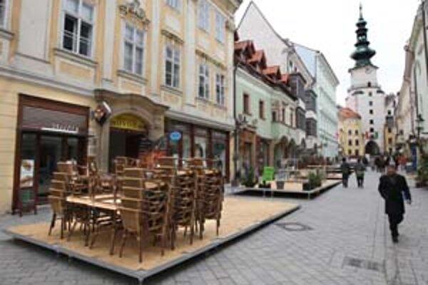 Na Michalskej ulici montujú v týchto dňoch pódiá, na ktorých budú letné terasy. Platí ich mestská časť – sľubuje si od toho, že prestanú daňové úniky, vznikajúce pri svojvoľnom pridávaní stoličiek k terasám.
