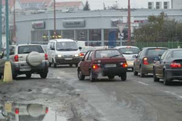 Na Popradskej vodiči porušujú predpisy každý deň. Vyhýbajú sa kolóne tým, že ju obchádzajú v protismere.