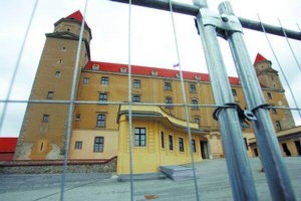 Hradný palác je obohnaný plotom, firma Váhostav už má na stavenisku unimobunku. Terasy s výhľadom na Bratislavu aj okolie paláca ostanú pre návštevníkov otvorené.
