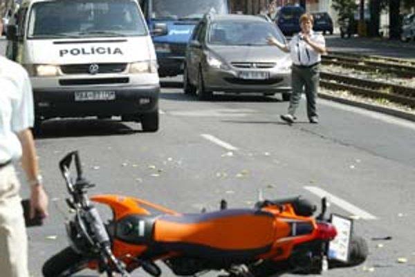 Vlaňajšia nehoda motocyklistu pri Račianskom mýte skončila bez ťažších zranení. Pri väčšine nehôd je účastníkom aj vodič auta, pre motorkárov to často znamená vážne následky.