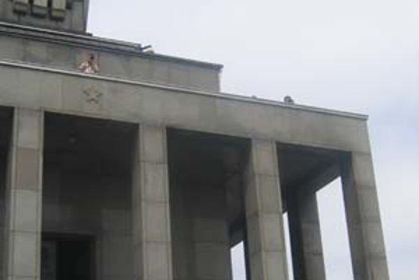 Na prehliadku Slavína čakalo asi päťdesiat ľudí. V interiéri pamätníka je rebrík, ktorým sa dá vyjsť na terasu.