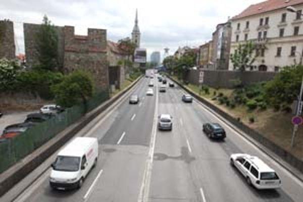 O Staromestskej ulici sa v minulosti hovorilo, že ju malo prekryť súvislé premostenie s domami.
