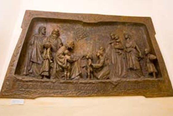 Robert Kühmayer vytvoril reliéf Nechajte maličkých ku mne prísť v roku 1907. Takmer 60 rokov ho zakrývali drevené laty a stena, na ktorej bola školská nástenka.