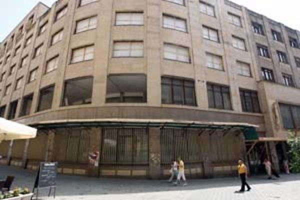 Budovu bývalej banky prestavuje firma Orco Property Group na viacúčelový objekt City Gate. Prestavba ruší hlukom.