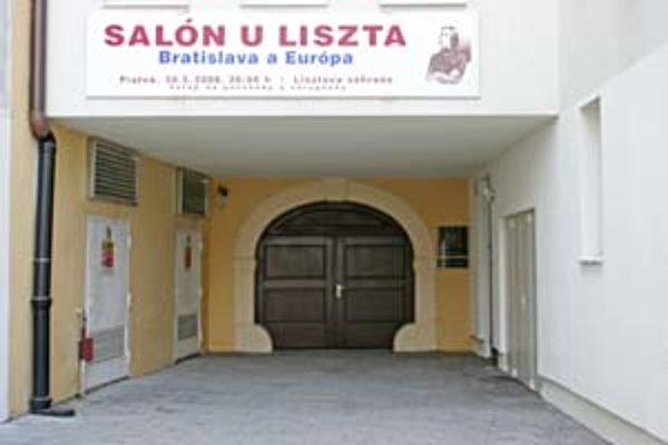 Do Lisztovej záhrady sa návštevníci dostanú len počas kultúrnych podujatí, kedysi tam bola kaviareň. Barokový pavilón v nej takisto nefunguje.