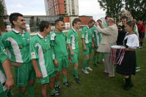 Predseda Bratislavského futbalového zväzu Andrej Machovič odovzdáva medaily hráčom MŠK I. Petržalka za prvenstvo v uplynulom ročníku III. futbalovej ligy.