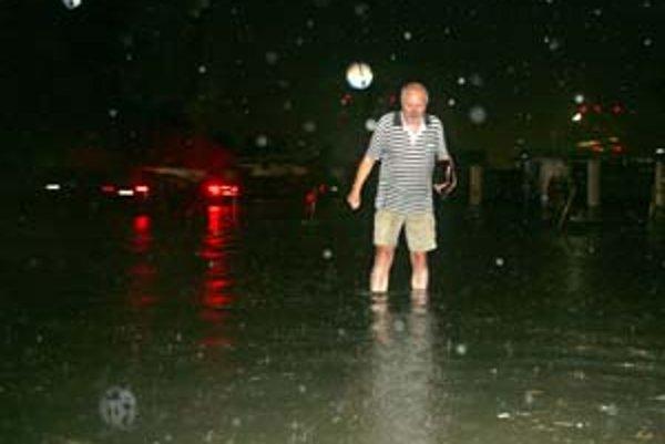Na parkovisku pred Interom bola voda skoro po kolená. Na opravu povrchu nemá mesto peniaze.