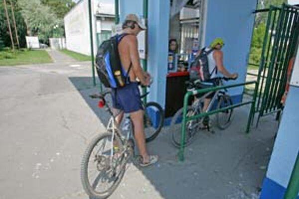 Zlaté piesky sú jedným z mála kúpalísk, kde cyklisti nemajú problém. Na viacerých iných platí zákaz vstupu s bicyklom.