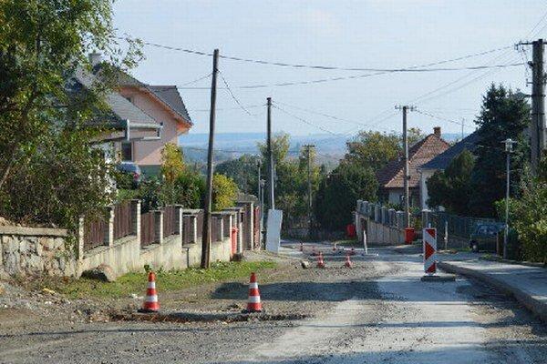 Cesty v Častej pripomínajú prekážkovú dráhu.