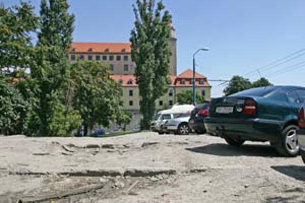 Mesto plánovalo na rozhraní Streleckej a Mudroňovej vytvoriť park a 15 parkovacích miest. Parlament tam, naopak, chce podzemnú garáž s parkovou úpravou.