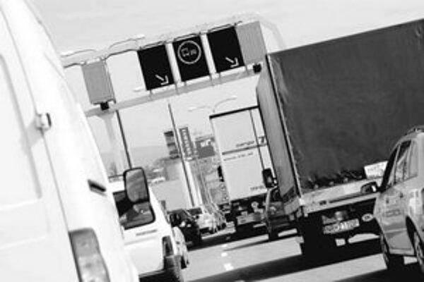 V pondelok ráno sa pred Mostom Apollo čakalo okolo 50 minút, včera vodiči hlásili menšie zdržanie.
