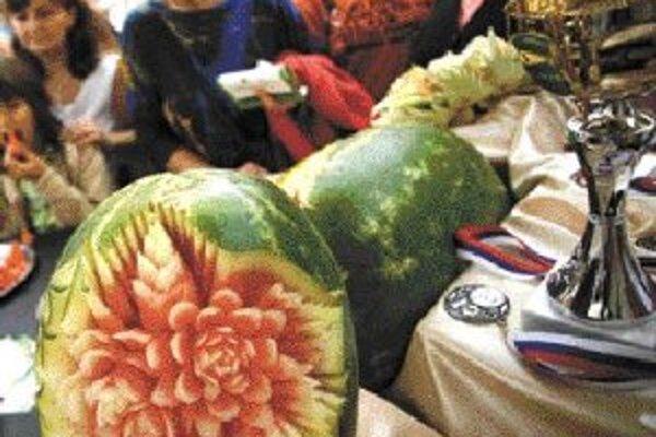 Divácky zaujímavé je aj umelecké vyrezávanie (tzv. carving) do ovocia a zeleniny.