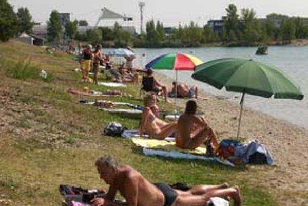 Napriek tomu, že sezóna sa skončila, bolo včera na Zlatých pieskoch plno. Popoludní sa počet ľudí ešte zvyšoval.