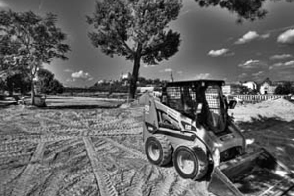 Na mieste bývalej upravenej pláže sú teraz len tony piesku a pracuje tam buldozér.