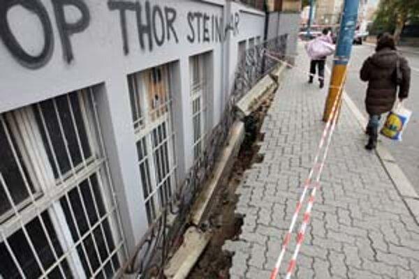 Chodník na Karpatskej sa pravdepodobne prepadol, lebo ho podmyla voda z kanalizácie. Zastávka MHD je presunutá.