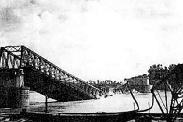 Okupácia Petržalky trvala od 10. októbra 1938 do 4. apríla 1945. Ustupujúci Nemci vyhodili do vzduchu Starý most .