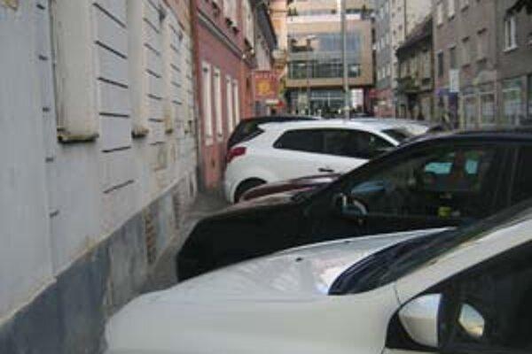 Tých, čo do centra dochádzajú za prácou, sa zmena parkovania dotkne najviac. Zrejme budú môcť na ulici parkovať najviac 120 minút.