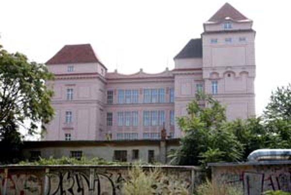 Budova cvernovky, ktorá pripomína ružový hrad, je kultúrnou pamiatkou.