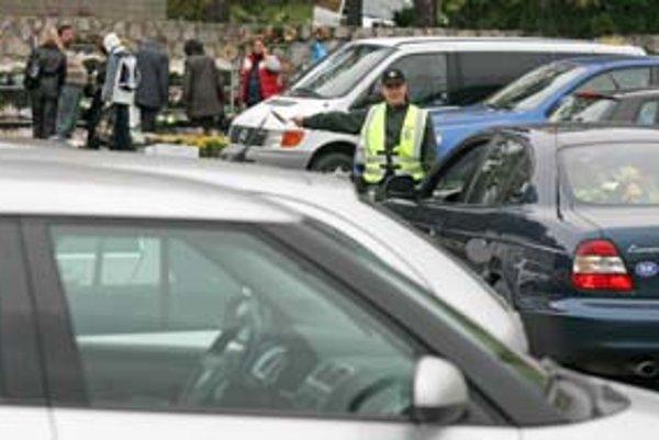 Na parkovanie a dopravu v blízkosti cintorínov počas sviatočného víkendu dohliadali policajti. Autá navigovali na voľné miesta. Pred krematóriom sa stálo na trávniku pri odbočke z hlavnej cesty a na plochách až po vstup do areálu.