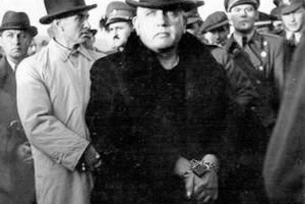 Zatknutý dr. J. Tiso, za ním Š. Tiso a A. Mach.