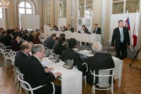 Znižovanie počtu poslancov sa niektorým z nich nepáči. Bratislava sa tým ale priblíži iným mestám, ktoré majú pomer poslancov na počet obyvateľov nižší.