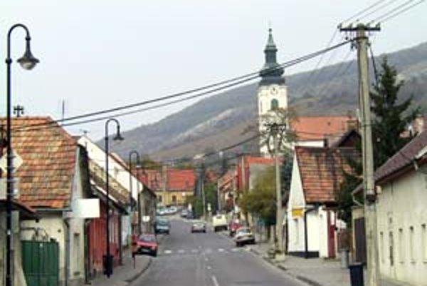 Kremeľská je hlavnou cestou v Devíne. Odbáča sa z nej aj k hradu.
