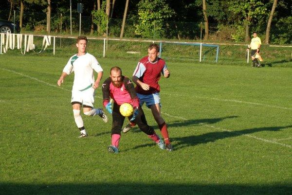 Brankár Koš. Podhradia Floriš (na snímke so zápasu s Jasenicou) pomohol spoluhráčom k výhre nad Papradnom.