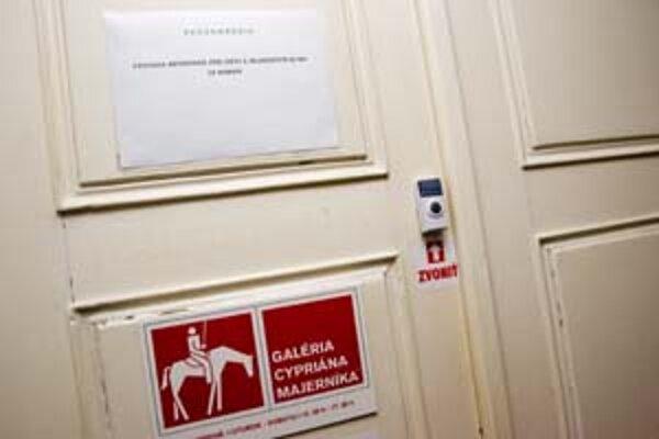 Výstava nevhodná pre deti a mládež do 18 rokov, varuje nápis na vchode.