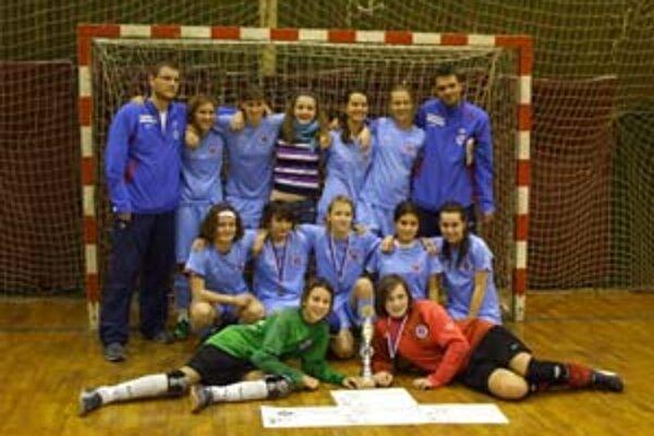 Futbalové žiačky Slovana Bratislava sa presadili na turnaji v Ivančiciach pri Brne. Takto si zapózovali po víťaznom finále.