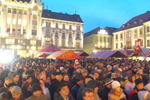 Na vianočných trhoch bolo počas víkendu a otváracieho večera poriadne plno. Menej ľudí bolo na susednom Hviezdoslavovom námestí, kde ich organizuje Staré Mesto. Trhy budú trvať do 23. decembra.