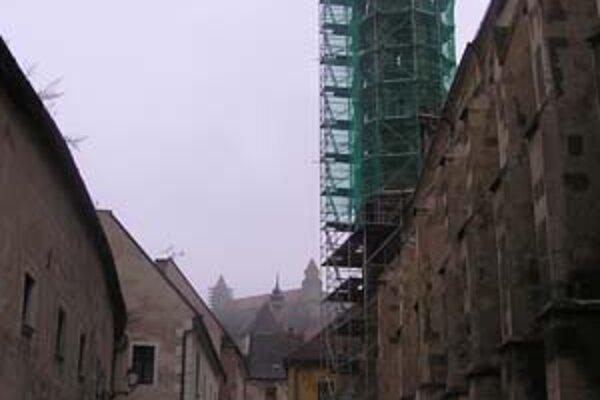 Po pristavaní zázemia pre účinkujúcich a návštevníkov sa má začať rekonštruovať veža kostola.