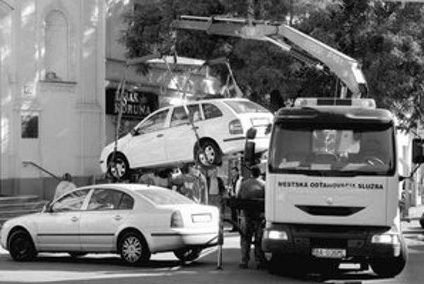 Pre Staré Mesto odťahuje firma Aster. O tom, ktoré auto bude odtiahnuté, však rozhoduje mestská polícia, odťahovka len technicky vykoná jej rozhodnutie.