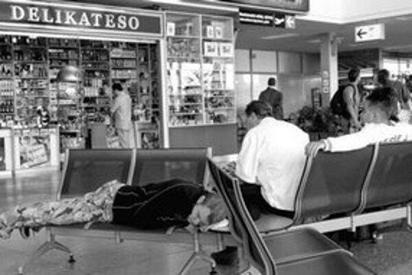 Oddnes môžu letiskoví pasažieri preniesť cez detekčnú kontrolu tekutiny len v obmedzenom množstve. Nápoje si však môžu potom kúpiť napríklad v zóne za kontrolou.