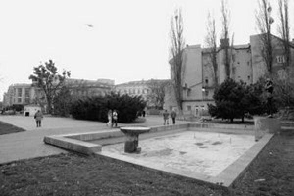 Lavičky na Šafárikovom námestí boli v dezolátnom stave a hrozilo, že sa tam niekto zraní, preto ich mestská časť dala odstrániť. Nové však nik neosadil.
