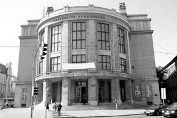 Univerzita Komenského sídli v budove na Šafárikovom námestí od roku 1936.