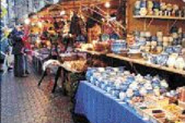 Hlavnou atrakciou budapeštianskych Vianoc sú Vianočné trhy na Vörösmartyho námestí. Väčšina turistov práve pre ne navštívia Budapešť. Na námestí sa v peci pečie chlieb, varí a pečie sa množstvo tradičných jedál, ktoré sú dnes už pre väčšinu návštevníkov r
