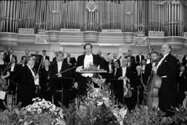 Gershwin a Dvořák - prelom rokov v dobrej spoločnostiSkladateľ a klavirista George Gershwin - prvý väčší úspech mu priniesla efektná kombinácia symfonického štýlu s džezovými prvkami - Rapsódia v modrom (1924) napísaná na objednávku Paula Whitmana a sta