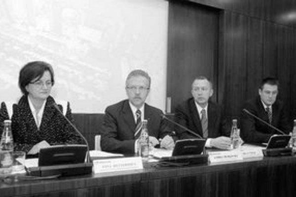 Noví námestníci primátora Anna Dyttertová (KDH), Milan Cílek (SDKÚ) a Tomáš Korček (SDKÚ – vpravo) včera prvýkrát od volieb hovorili o svojej práci na nasledujúce štyri roky. Primátor Andrej Ďurkovský vymenil všetkých štyroch námestníkov z predchádzajúceh