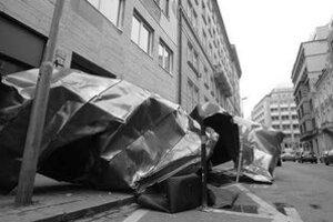 Silný vietor zhodil v piatok v prvých hodinách aj strechu na Grösslingovej ulici. FOTO SME – PETER ŽÁKOVIČ