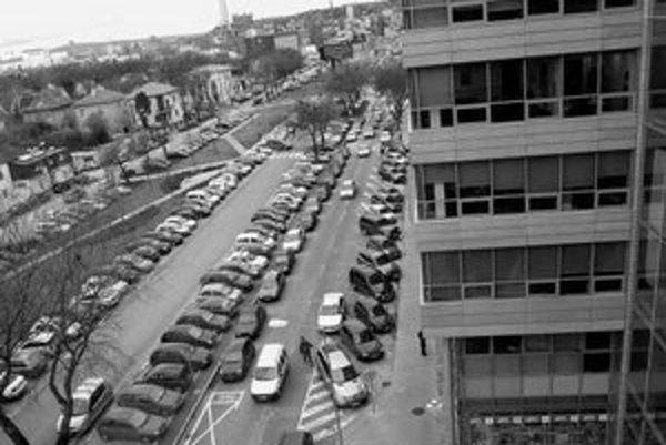 Zaparkovať za business centrom Apollo je ťažké. O dva roky v susedstve pribudne Apollo II (dole).