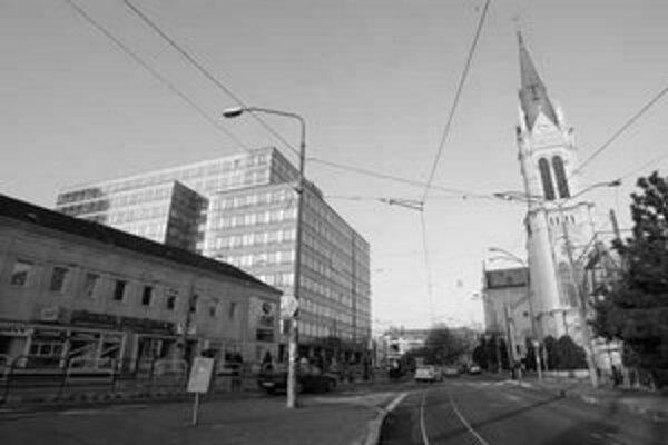 Známa budova na Fazuľovej ulici. Ide o dodatočne legalizovanú čiernu stavbu, ktorá navyše už na prvý pohľad urbanisticky narúša okolie.