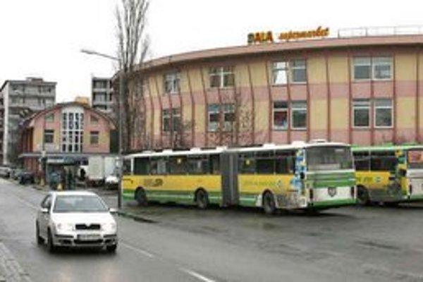 Nedostatok miesta na parkovanie autobusov pri Slimáku znamená, že šoféri si tu nemôžu oddýchnuť.