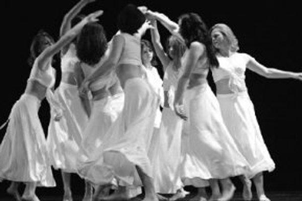 Tanec nás spája je názov programu, ktorý pripravili detský folklórny súbor Vienok, tanečné divadlo Bralen a Interklub Madit. Predstavenie v Dome kultúry Zrkadlový háj na Rovniankovej 3 sa začína o 19.00. FOTO SME - PAVOL FUNTÁL